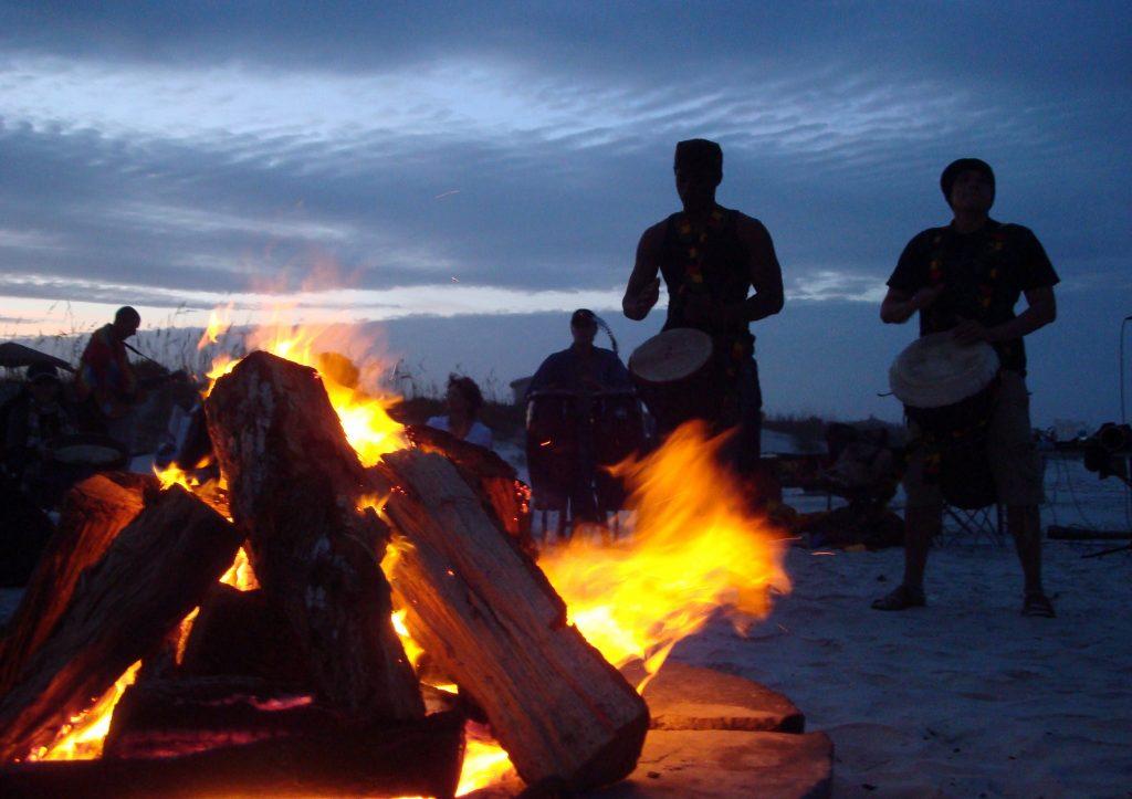 Une fête à la plage avec des tambours